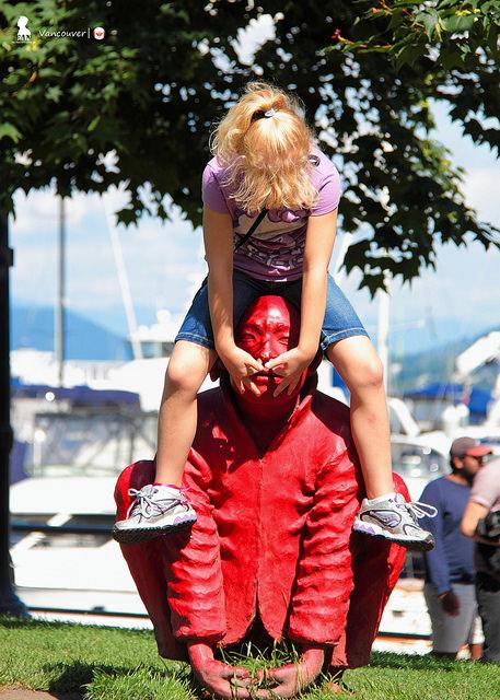 這般欺負人的互動,創作者是該哭還笑?寫溫哥華的戶外雕塑作品《會》