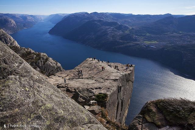 挪威超級地景,坐在比台北101還高的聖壇岩看峽灣