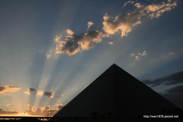 [2010 大美旅] 到賭城搭39度斜電梯住金字塔:The Luxor Hotel @內華達州